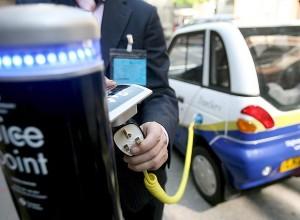 Poste de recarga de un coche eléctrico