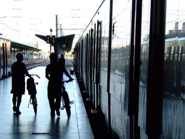 ¿Puedo llevar mi bicicleta en metro, bus o tren de cercanías?